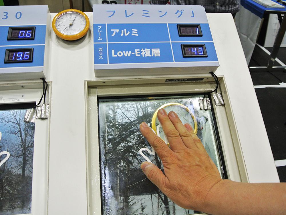 断熱体感機に手を当てる_住まい夢フェア2019展示相談会